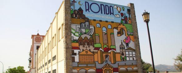 """Víctor Fernández: """"Quería hacer algo que reflejara Ronda, un homenaje a mi ciudad"""", El diseñador gráfico, natural de Ronda, ha tardado tres días en representar los monumentos más representativos de la ciudad en un mural de 8 por 9'5 metros, 13 Jul 2021 - 11:03"""