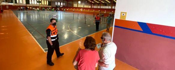 Estos días vecinos de la comarca de diversos grupos etarios acuden al Polideportivo El Fuerte para recibir la vacuna contra el COVID-19. // Protección Civil Ronda