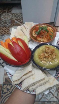 Combinado de hummus con bissara, acompañado de hortalizas. // Al Zahrá