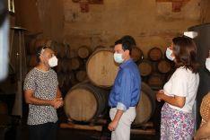 Moreno ha visitado la Bodega Descalzos Viejos coincidiendo con el inicio de la campaña de recogida de la uva. // María José García
