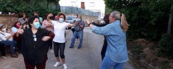 Mujeres de La Cimada ensayan las sevillanas antes de la grabación.  // Auxiliadora Pinzón