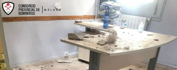 La cubierta del edificio de Secretaría del IES Rodríguez Delgado se derrumba, Una dotación con cuatro efectivos del Parque de Bomberos de…, 16 Sep 2021 - 15:55