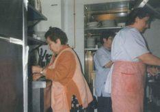 A la derecha de la imagen Teresa Pinzón junto a su madre y su hermana en la cocina del bar. Tres generaciones de la misma familia han ostentado la gestión del bar. // Las Caballerías