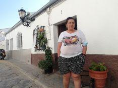 Purificación Molina, junto al portal de la casa donde llevaba viviendo ocho años. // P. González