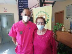 Álvaro Delgado, psicólogo de AROAL, junto a Cristina, usuaria del centro de estancia diurna // CharryTV