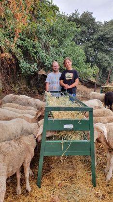Esteban y Cristina, ambos con discapacidad intelectual, se están formando como pastores en la comarca de Ronda. // La Fanega