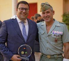 Manolo Guerrero, junto al coronel José De Meer, jefe del 4º Tercio // Juan Velasco