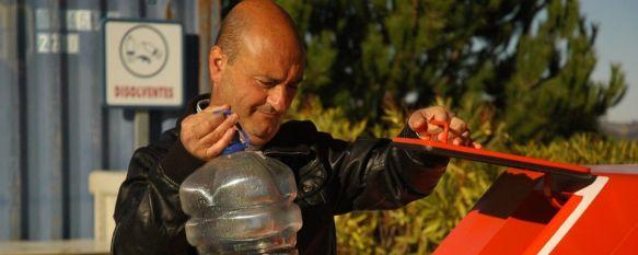 Medio Ambiente muestra cómo depositar el aceite usado en los contenedores, Los envases para el reciclaje deben ser de plástico y nunca de cristal, 30 Jan 2012 - 14:16