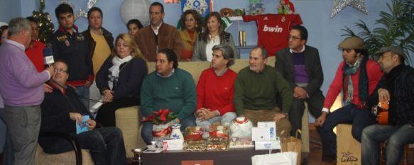 Diferentes colectivos reciben los 4.815 euros recaudados en la Campaña de Navidad , La delegación de Asuntos Sociales entrega 300 litros de aceite y alimentos a familias con dificultades económicas, 09 Feb 2012 - 15:36