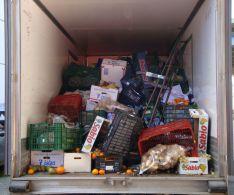 La mercancía que transportaba el camión frigorífico, que procedía de Pedrera (Sevilla). // CharryTV