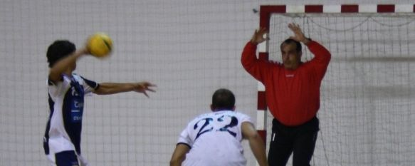 Primer triunfo liguero de la A.D. Balonmano Ronda, El equipo que dirige José Manuel Ortega superó en todas las facetas al Balonmano Gades, al que venció por un claro 27-15. , 16 Nov 2010 - 17:34