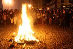 La Quema del Muñeco tuvo lugar en los jardines de Blas Infante. // CharryTV
