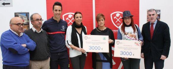 Los bomberos entregan a las asociaciones AROAL y AYUCA un cheque de 3.000 euros, Se han vendido aproximadamente 2.400 ejemplares con las fotografías de los efectivos, 02 Mar 2012 - 20:19