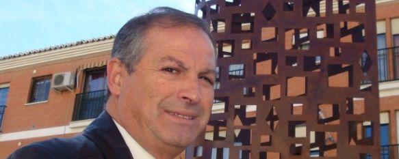 La Delegación de Parques y Jardines diseña un obelisco que ya luce en Avenida de Málaga, El obelisco, con forma de torreón, ha sido realizado en forja por el personal del taller de empleo municipal., 16 Nov 2010 - 22:55