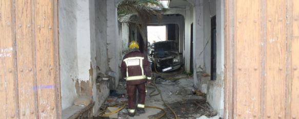 Arde una casa abandonada situada en la parte alta de calle Sevilla, Los bomberos del Parque Central de Ronda trabajaron intensamente durante seis horas para comprobar que no había víctimas, 17 Mar 2012 - 13:15