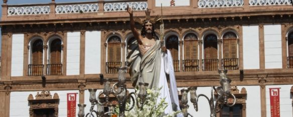 Gran cierre a nuestra Semana Santa con la procesión del Resucitado, Cristo Resucitado fue portado por vez primera por costaleros, en un desfile en el que destaca el papel de la mujer, 08 Apr 2012 - 14:05