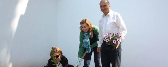 """Arranca el programa """"Jardines Voluntarios"""" en distintas barriadas de la ciudad, La primera intervención para recuperar un jardín público se ha realizado en la calle Carlos Cobo, 23 Apr 2012 - 17:24"""